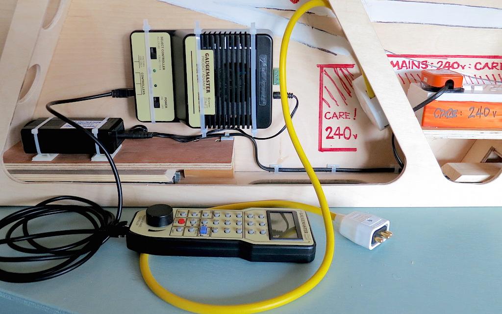 Gaugemaster system mounted under baseboard 01 - 180607 - overview - reduced for forum.JPG